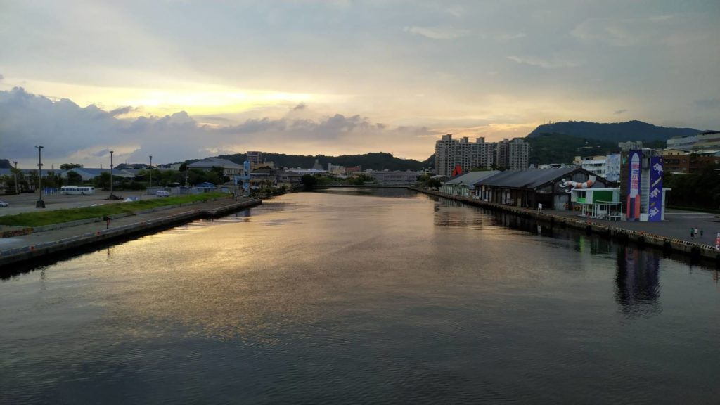 傍晚的高雄大港橋望向駁二大義岸邊