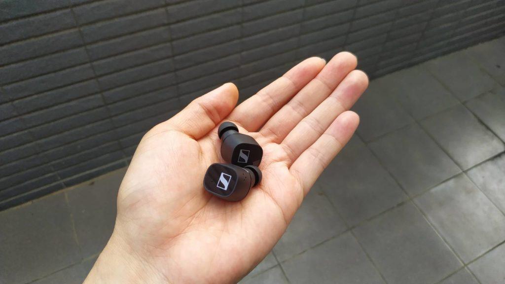 從充電艙拿出無線藍芽耳機